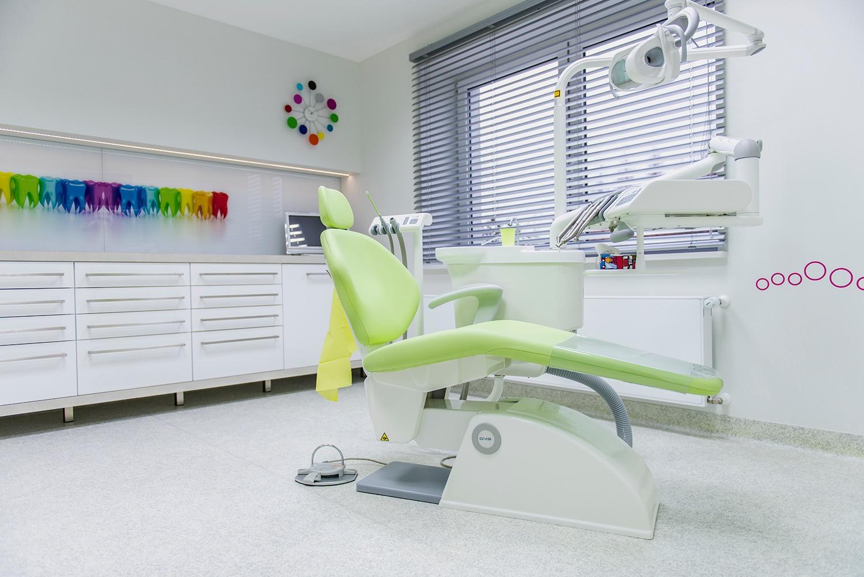 Lekarz stomatolog - specjalizujący się w leczeniu endodontycznym, ortodontycznym oraz w leczeniu dzieci